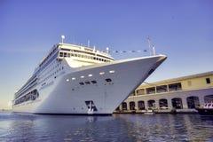ГАВАНА, КУБА - ФЕВРАЛЬ 17,2017: Туристическое судно оперы MSC состыкованное на стоковые фото