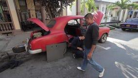 Гавана, Куба, фиксируя старый американский автомобиль сток-видео