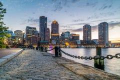 Гавань Бостона и финансовый взгляд района от гавани дальше к центру города, городской пейзаж на заходе солнца, Массачусетс, США стоковые фотографии rf