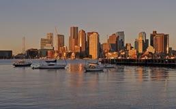 Гавань Бостон с городским пейзажем и горизонт на заходе солнца стоковые изображения