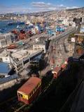 Гавань Вальпараисо и tipical лифты в городке стоковое изображение rf