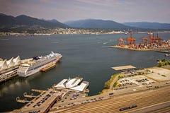 Гавань Ванкувера в Британской Колумбии показывая состыкованное туристическое судно Стоковое фото RF