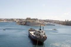 Гавань Валлетты с кораблем на переднем плане и частью старого форта на заднем плане Стоковые Изображения RF