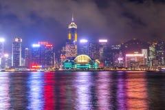 Гавань Виктория города Гонконга туманной ночью стоковое фото rf