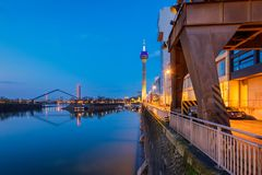 Гавань в sseldorf Германии ¼ DÃ на сумраке стоковые изображения