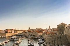 Гавань Дубровника старая большее место к relas и шлюпкам дозора пойти внутри и вне стоковые фотографии rf