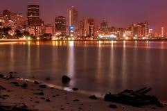 Гавань Дурбана на ноче с волнами показа долгой выдержки света Стоковые Изображения