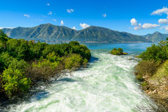 Гавань и река горы на Boka Kotor преследуют (Boka Kotorska), Черногория Стоковые Изображения