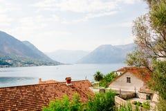 Гавань и старинные здания в солнечном дне на заливе Черногории Boka Kotor, Европе стоковое изображение