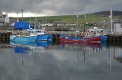 Гавань и inshore рыбопромысловый флот в Kirkwall, острове материка, оркнейских островах Шотландии стоковые фото