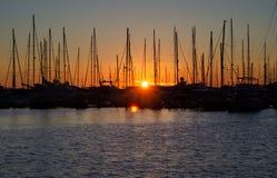 Гавань на заходе солнца, силуэты Черногории парусника в p Стоковая Фотография RF
