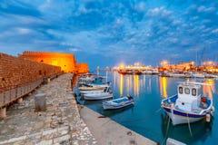 Гавань ночи старая ираклиона, Крита, Греции стоковые фото