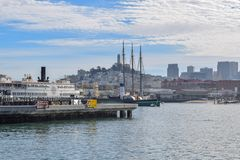 Гавань Сан-Франциско в Fisherman' район причала s на солнечный день стоковые изображения