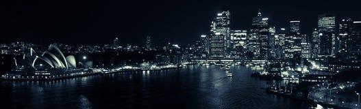 Гавань Сиднея панорамой ночи в черно-белом Стоковая Фотография