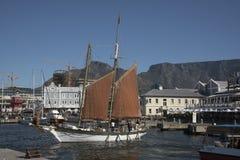 Гавань Южная Африка Кейптауна туристской шлюпки стоковое фото