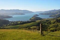 Гавань Akaroa на зоре, Новая Зеландия стоковое изображение