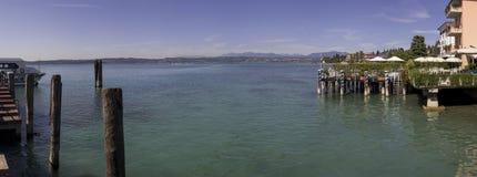 Гавань Garda озера в панораме Sirmione Италии Стоковые Изображения