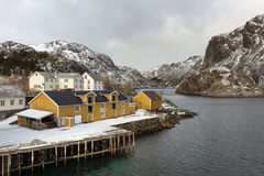 Гавань Nusfjord удя в зимнем времени на острове Lofoten стоковые фотографии rf