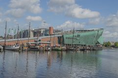 Гавань Oosterdok и музей NEMO на Амстердаме нидерландское 2018 стоковые изображения rf