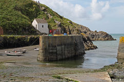 Гавань Solva, Pembrokeshire, приливы вне стоковое фото
