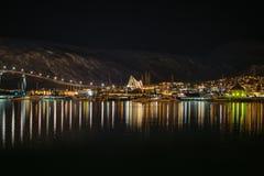Гавань Tromso и ледовитый собор на ноче Стоковые Фотографии RF