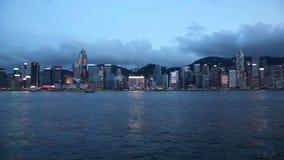 Гавань VIictoria в центральном Гонконге осмотренном от Tsim Sha Tsui в Kowloon, Гонконге на голубом часе 1080p акции видеоматериалы