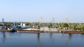 Гаван краны на промышленной зоне на речном береге