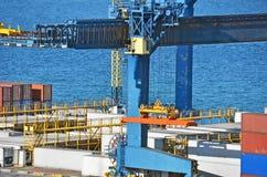 Гаван кран и контейнер груза Стоковое Фото