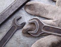 Гаечные ключи и перчатки на предпосылке металла Стоковое Изображение