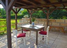 Газебо Брайна Тибра деревянное - пергола с таблицей и стульями стоковая фотография