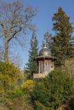 Газебо в парке весны леса в центре Парижа стоковые изображения rf