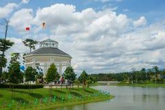 Газебо на красивом саде озера стоковые изображения rf