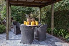 Газебо обеспеченное с декоративным комплектом сада Стоковая Фотография