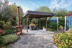 Газебо обеспеченное с декоративным садом установило с ржавым garde Стоковая Фотография