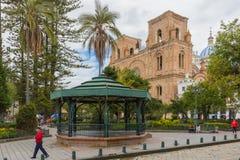 Газебо парка Calderon и собор Cuenca непорочного зачатия Стоковые Изображения