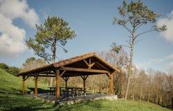 Газебо с столами для пикника над предпосылкой природы стоковые фото