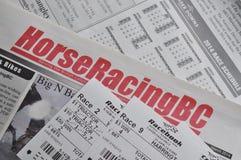 Газета лошадиных скачек и предпосылка билетов гонок Стоковое Изображение