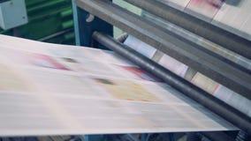 Газета покрывает на транспортере, конце вверх сток-видео
