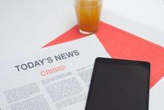 Газета прочитанная на завтраке Стоковая Фотография