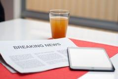 Газета прочитанная на завтраке Стоковые Изображения