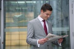 газета человека читает Стоковое фото RF