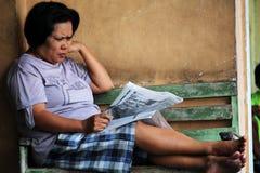 Газета чтения дамы в Yogyjakarta Стоковые Фотографии RF