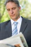 Газета чтения бизнесмена Стоковые Изображения