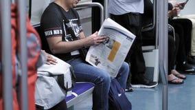 Газета чтения взрослого мужчины внутри метро Барселоны акции видеоматериалы