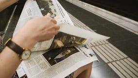 Газета чтения женщины замедленного движения в метро Барселоны видеоматериал