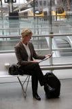 Газета чтения женщины на железнодорожной станции Стоковые Фото