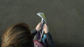 Газета чтения женщины с страницами новостей и рекламы видеоматериал