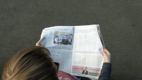 Газета чтения женщины видеоматериал