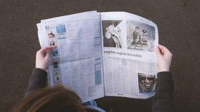 Газета чтения женщины сток-видео