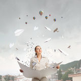 Газета чтения женщины Стоковая Фотография